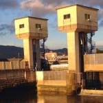 朝日を浴びる竹馬川防潮水門